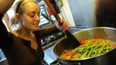 Otrávená večeře? Třetina kuchyňského náčiní z černého plastu obsahuje toxické látky