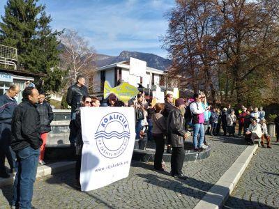 Obyvatelé Kruščice svolali pokojný protest proti kontroverzním přehradám